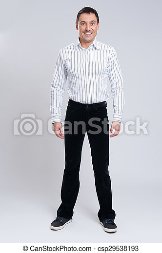 Ein modischer Mann mit voller Länge - csp29538193