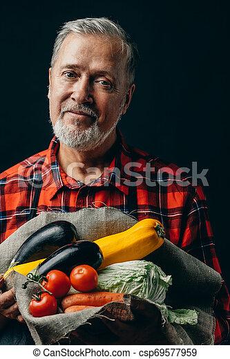 légumes, automne, frais, personne agee, jardinier, beau - csp69577959