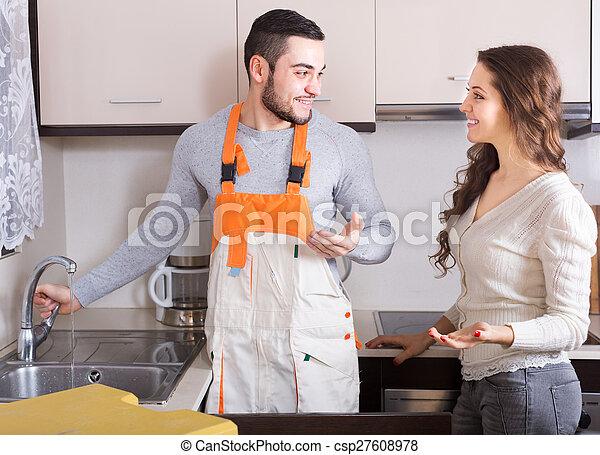 Trabajador reparando líneas de agua - csp27608978