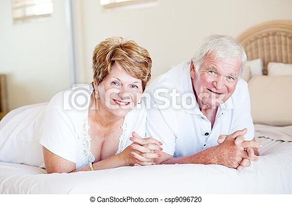 lögnaktig, par, senior, säng, lycklig - csp9096720