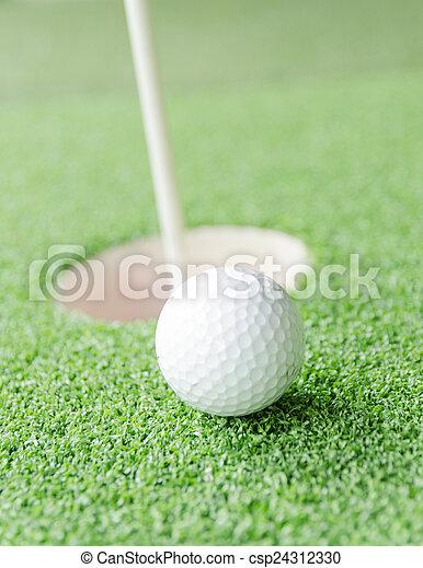 Bola de golf en el labio de taza - csp24312330