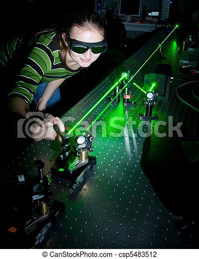 Wissenschaftlerin, die im Quantenoptiklabor recherchiert - csp5483512