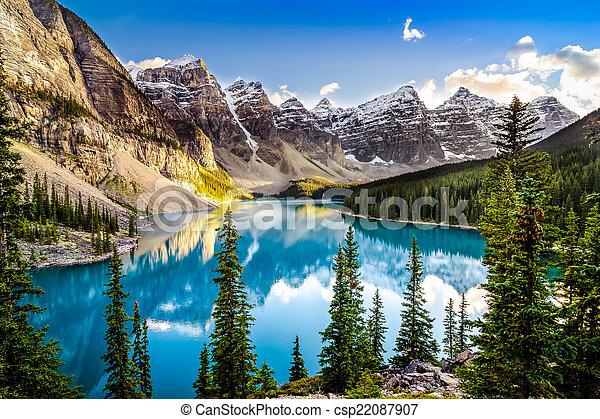 Lac montagne gamme morain coucher soleil paysage vue canada lac montagne gamme coucher - Photo coucher de soleil montagne ...