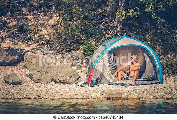 Acampando en el lago - csp40745434