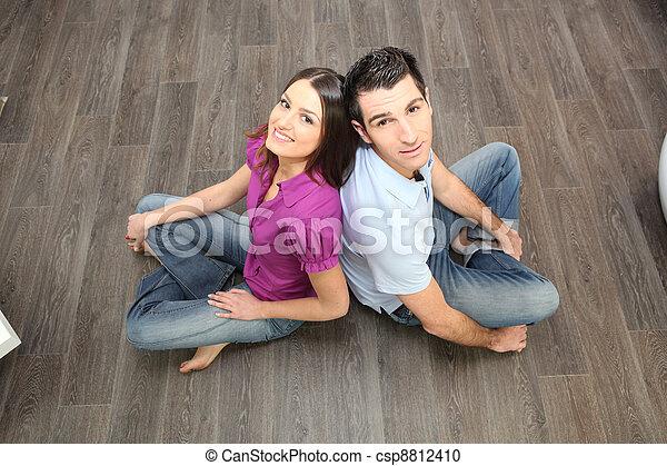 La pareja se sentaba de nuevo en el suelo laminado - csp8812410
