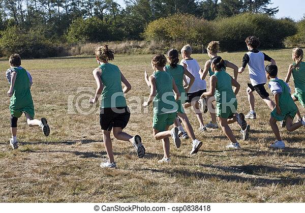 Cross Country Läufer verlassen die Startlinie - csp0838418