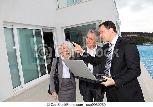 landhaus, real-estate, besuchen, paar, agent, luxus, älter - csp9959280