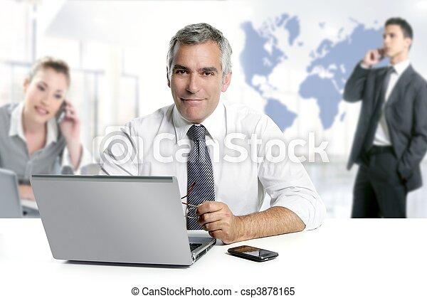 Geschäftsmann, leitender Fachmann, Teamwork Weltkarte - csp3878165