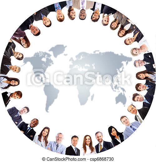 Eine Gruppe von Menschen auf einer Weltkarte - csp6868730