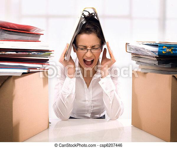 Mujer de negocios enojada tirando documentos - csp6207446