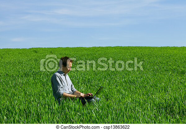 laptop benutzend, mann, junger, draußen - csp13863622