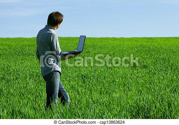 laptop benutzend, mann, junger, draußen - csp13863624