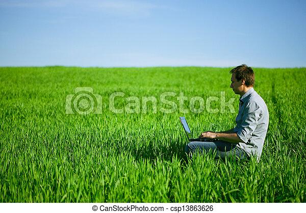 laptop benutzend, mann, junger, draußen - csp13863626