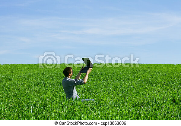 laptop benutzend, mann, junger, draußen - csp13863606