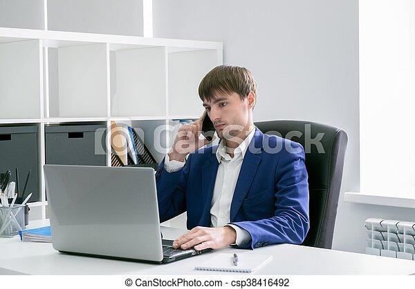 Laptop Buero Mann Blaues Zelle Geschaeftswelt Arbeitende