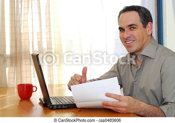 Mann mit Laptop - csp0483606