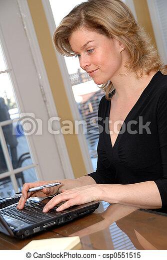 Auf dem Laptop - csp0551515