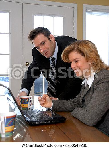 Auf dem Laptop - csp0543230