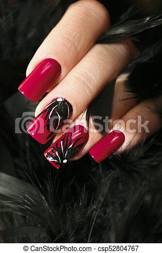 Las Uñas Rojas Largas Las Uñas Rojas Largas Con El Diseño