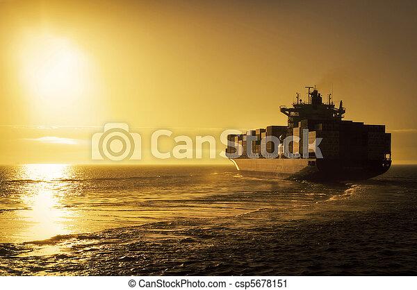 last afsend, beholder, solnedgang - csp5678151