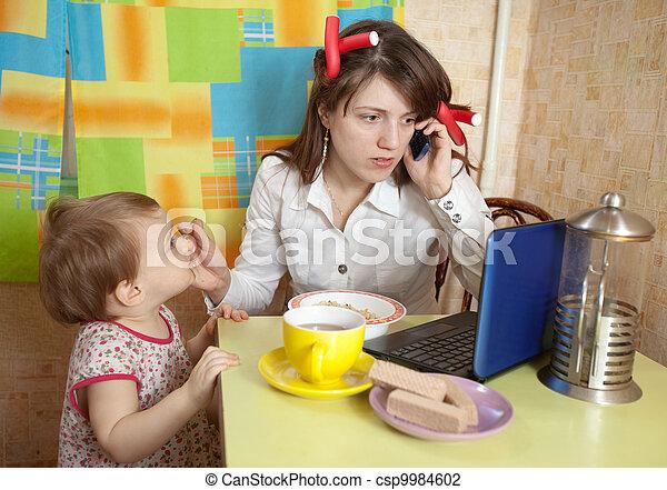 Madre alimentando al bebé y usando la copa - csp9984602
