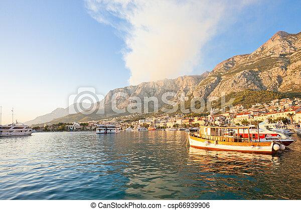Makarska, Dalmatien, Kroatien - Rauch eines wilden Feuers über den Bergen von Makarska - csp66939906