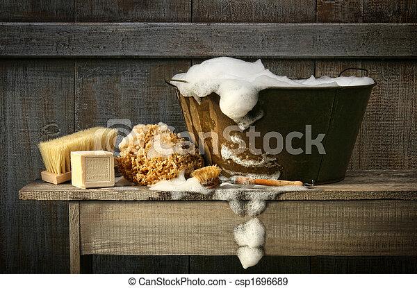 Una vieja bañera con jabón en el banco - csp1696689