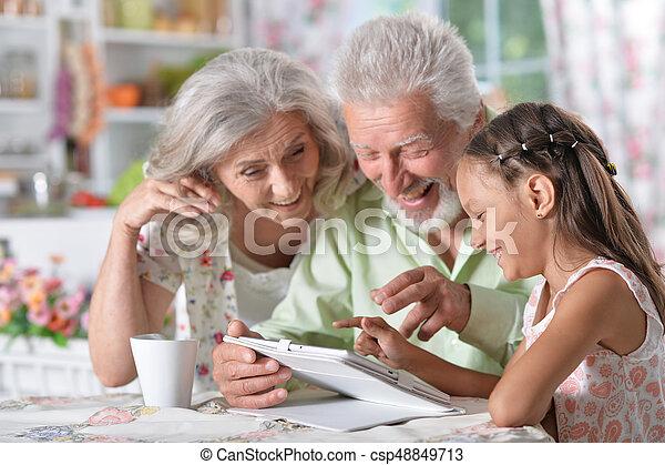 leány, tabletta, nagyszülők, használ, neki - csp48849713