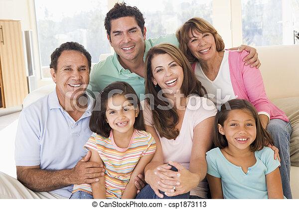 Erweiterte Familie im Wohnzimmer lächelnd - csp1873113