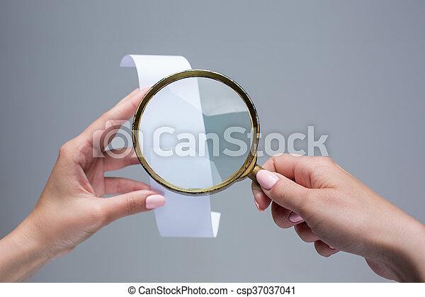 lebonyolítás, vagy, dolgozat, női kezezés, nagyítóüveg, ellenőriz, üres - csp37037041