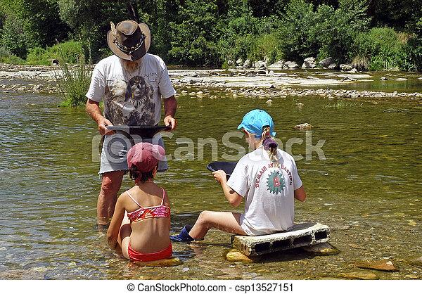 Lección de lavado de oro en el río - csp13527151