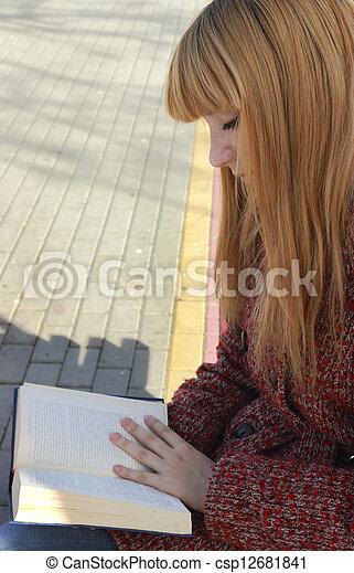 Una chica leyendo un libro - csp12681841