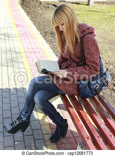 Una chica leyendo un libro - csp12681773