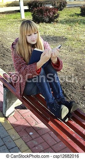 Una chica leyendo un libro - csp12682016