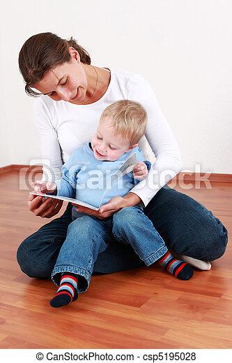 Leyendo con mamá - csp5195028