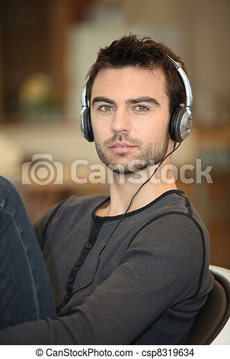 Ein Single mit Kopfhörern - csp8319634
