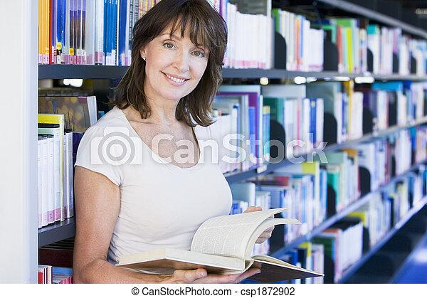 leitura mulher, biblioteca - csp1872902