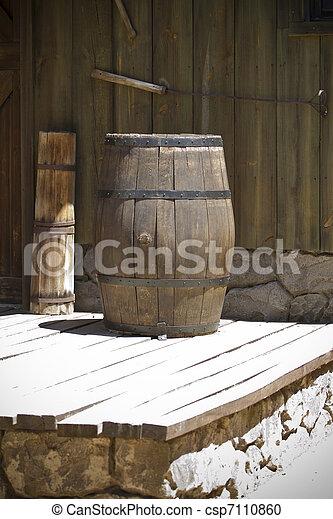 Un barril de madera del oeste - csp7110860