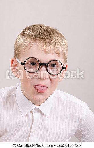 Adolescente con gafas mostrando lengua - csp20164725