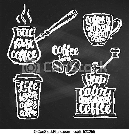 Cartas de café en taza, molinillo, formas de tiza. Citas de caligrafía modernas sobre café. Objetos antiguos de café contornados con frases escritas a mano en la pizarra. - csp51523255