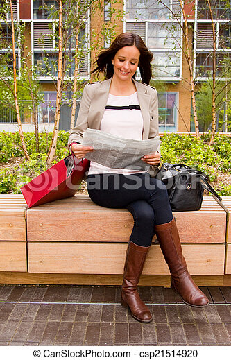 lettura, donna, giovane, giornale. - csp21514920