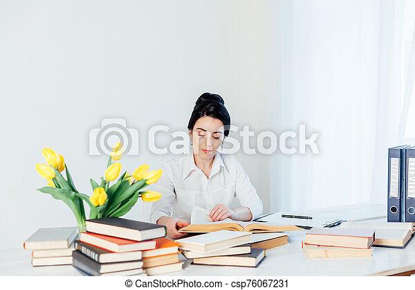 lettura, tavola, ragazza, ufficio affari, libro - csp76067231