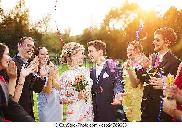 leur, jardin, nouveaux mariés, fête, invité - csp24789650