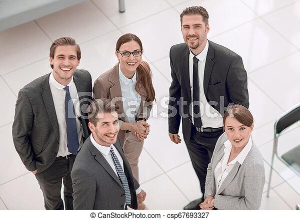 Geschäftsleute stehen in einer Bank - csp67693327