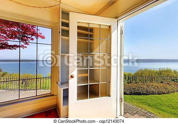 Levend werf kamer back water deur overzicht. open.