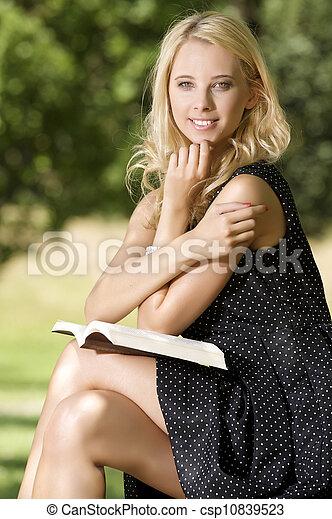 lezende , vrouw, boek, jonge - csp10839523