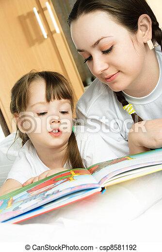 Madre e hija leyendo un libro - csp8581192