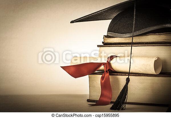 Pergamino de graduación y estantería de libros - csp15955895