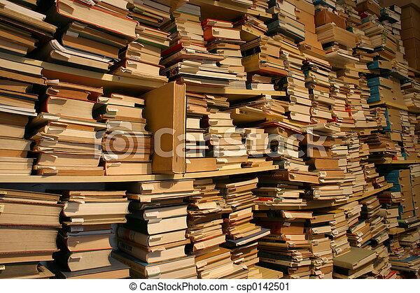 Libros, libros, libros... miles de libros en una librería de segunda mano - csp0142501
