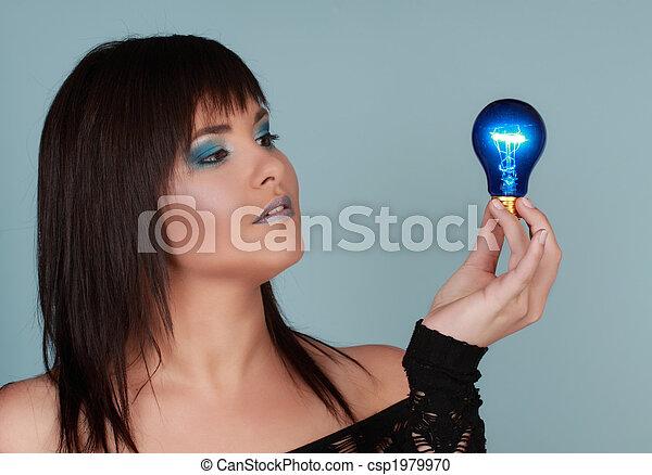 Eine Frau mit Glühbirne - csp1979970